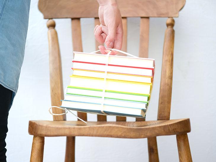 リサイクルに出す本をまとめている女性