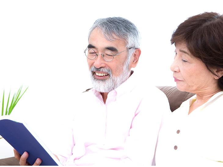 一緒に本を読むおじいちゃんとおばあちゃん