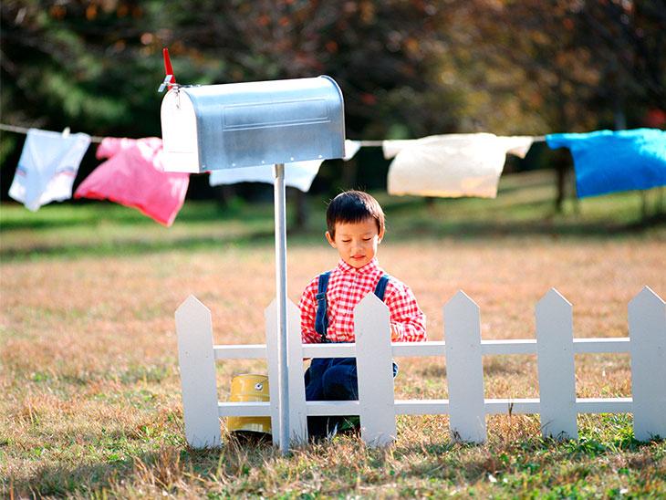 庭で遊んでる男の子