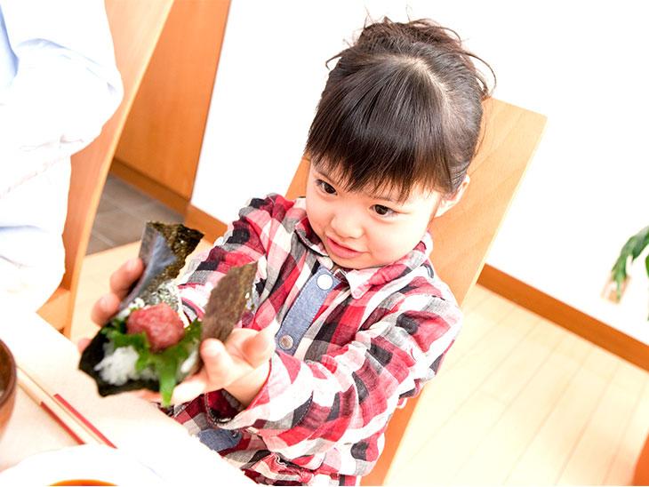 手巻き寿司作ってる女の子