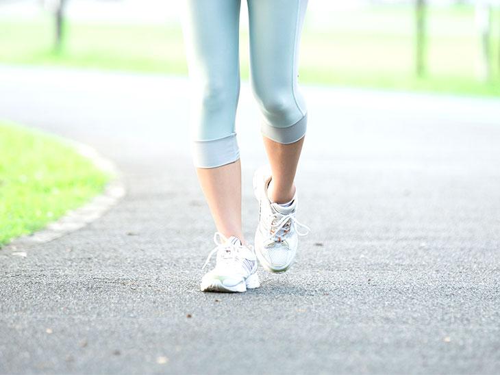 走っている女性の足元