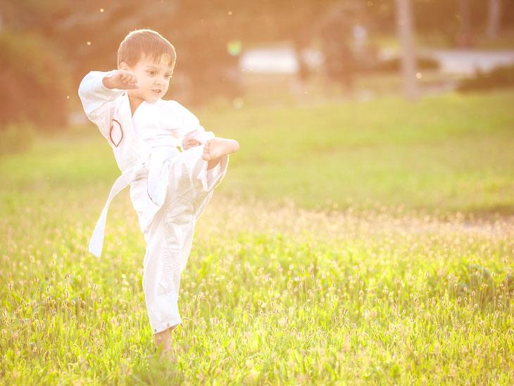 空手を練習する園児