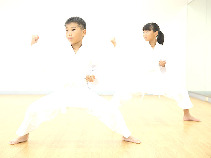 空手の形を練習する子供達