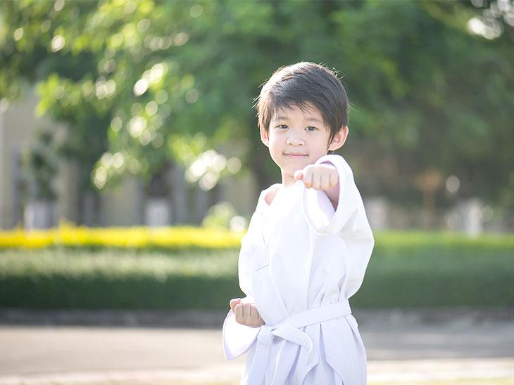 空手を練習する男の子