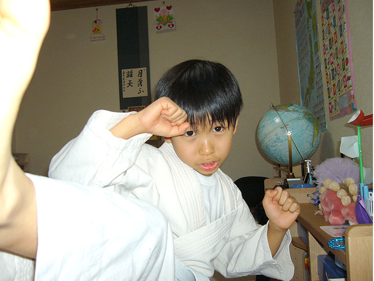 お部屋の中で空手を練習する男の子