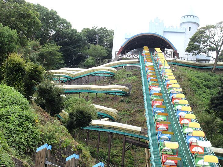 4歳から乗れる日本一長い滑り台の写真