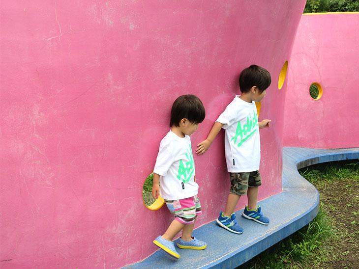遊園地の遊具で遊ぶ子供