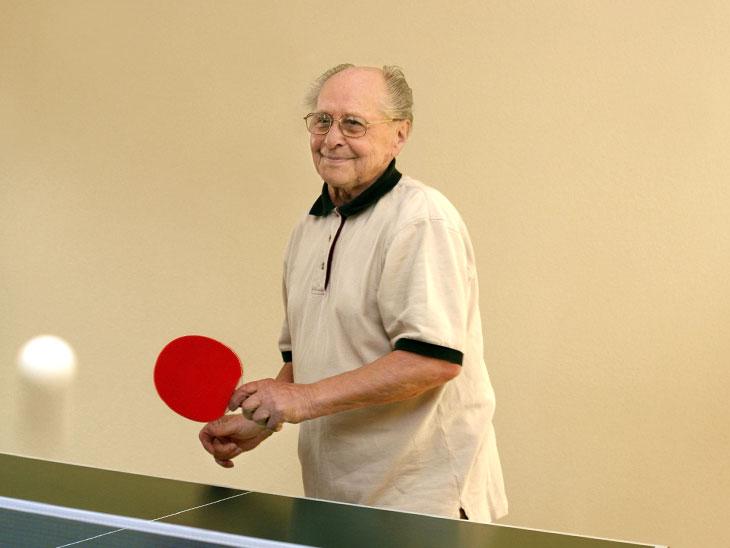卓球をやるおじいちゃん