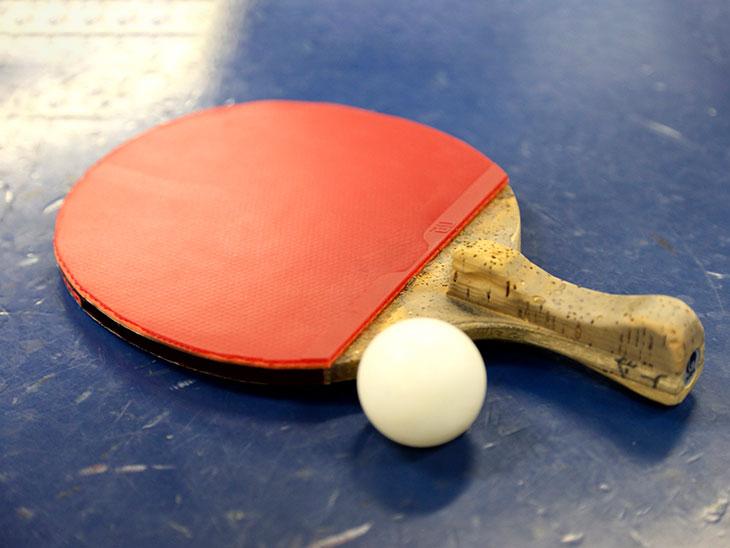 使い込まれた卓球のラケットとボール