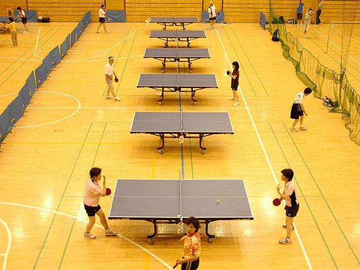 体育館で卓球をしてる人達