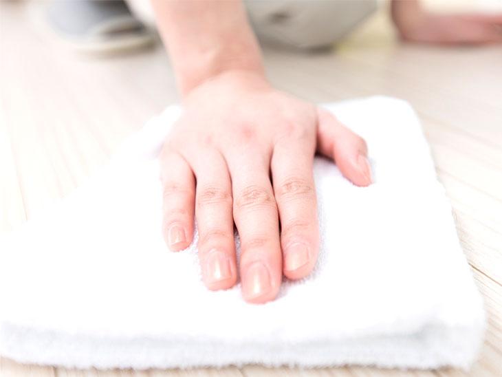 床を掃除する主婦の手