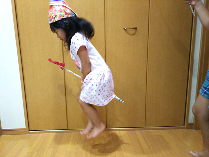 チラシの魔法のステッキで子供が遊ぶ様子その1