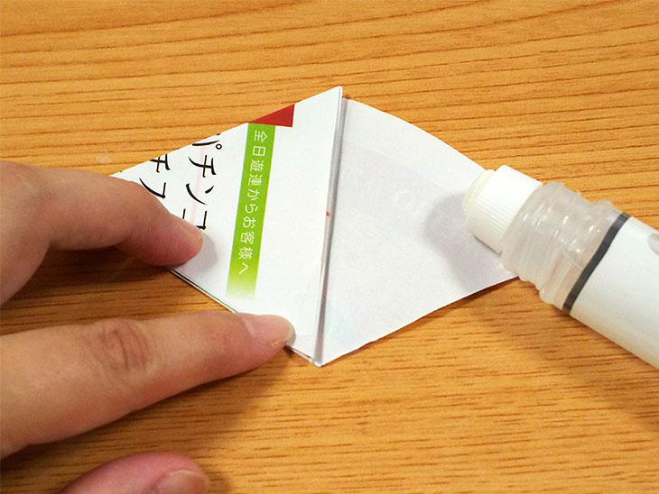 10個目の三角形を上に被せて貼る様子