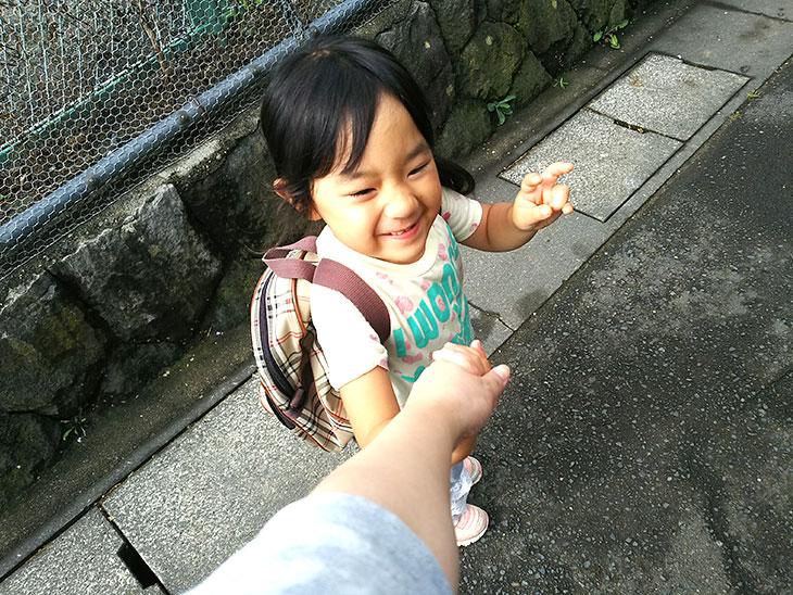 親と手を繋ぎ保育園に通園する園児