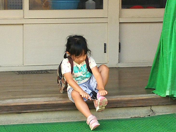 靴の紐を結ぶ女の子