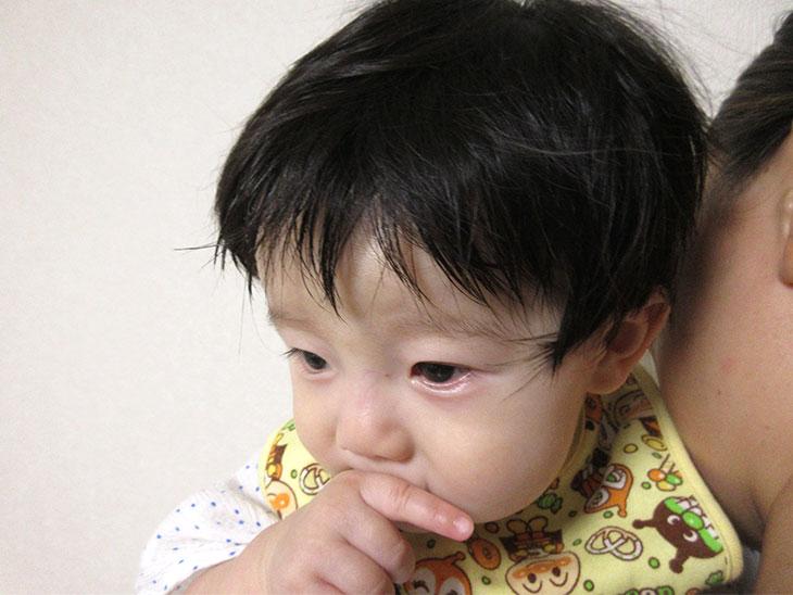 不機嫌な赤ちゃんの写真