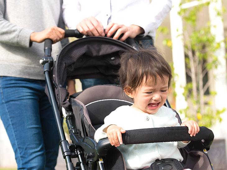 ベビーカーで泣く赤ちゃん
