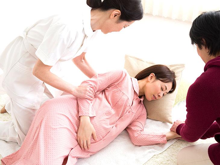横向きになった妊婦さん