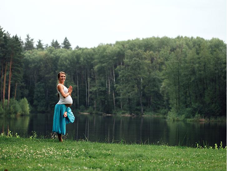 森の中の湖畔にいる妊婦さん