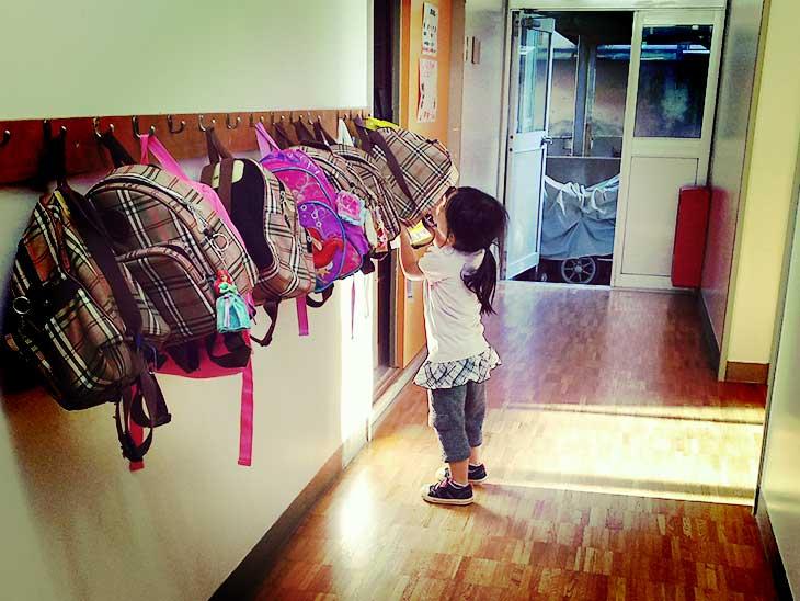 保育園で帰りの準備をしている園児