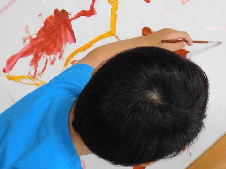 絵の具で絵を描いている男の子