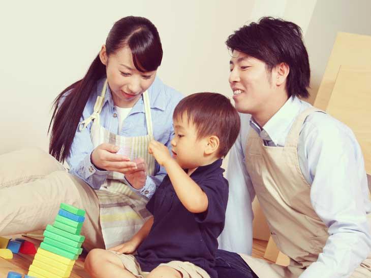 子供の面倒を見てる女性保育士と男性保育士