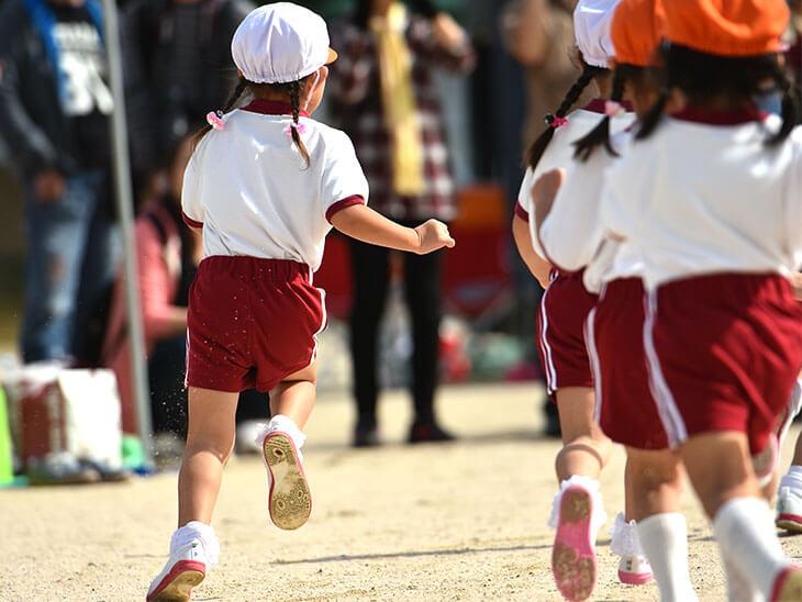 運動会で走る子供の後ろ姿