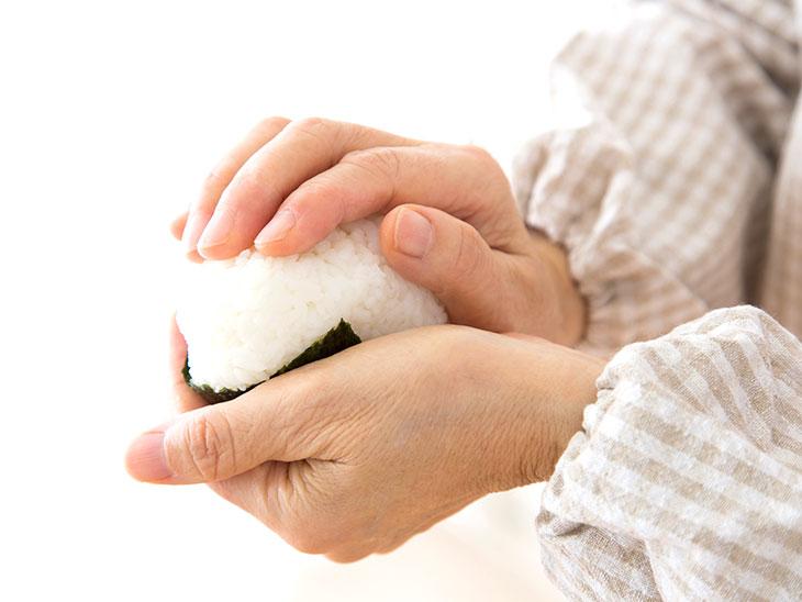 おにぎりを作る主婦の手