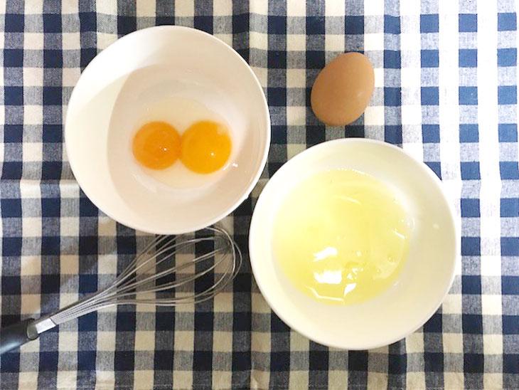 黄身と白身に分けた生卵
