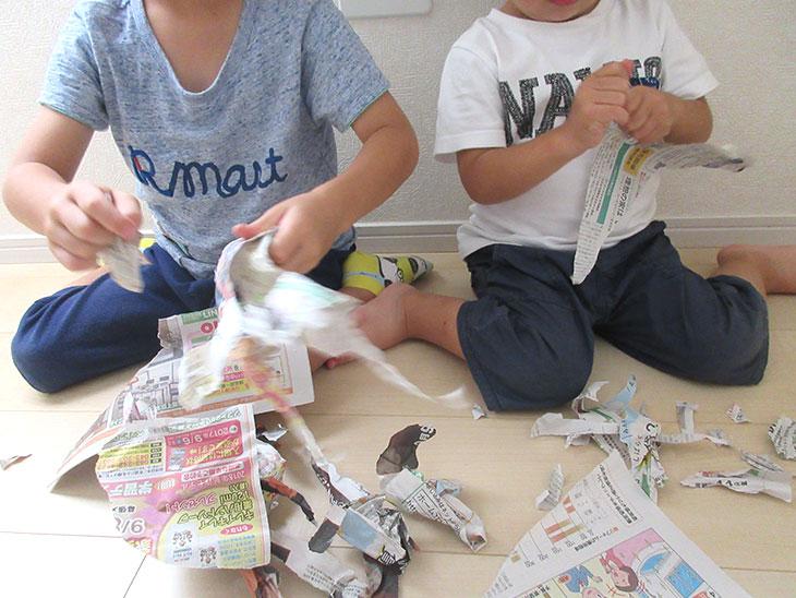 新聞ビリビリ遊びをする子供