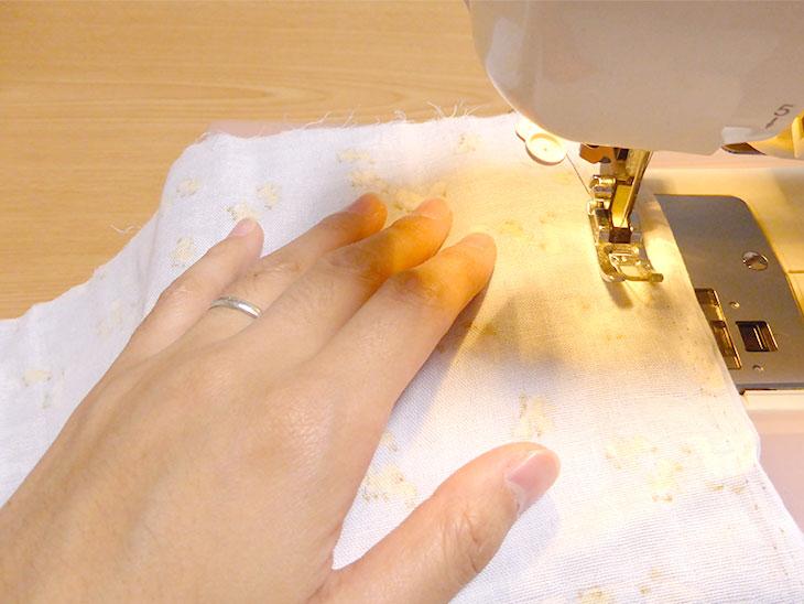 ミシンで縫う様子