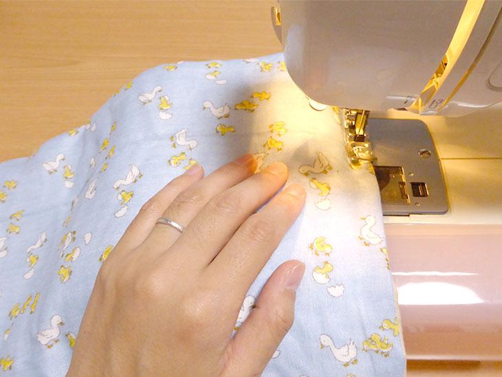 ミシンで縫っている様子