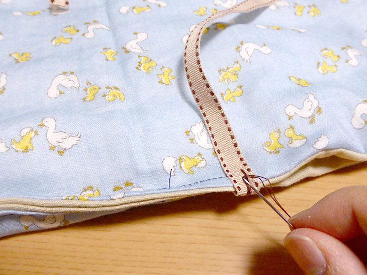 布テープを縫い付ける様子