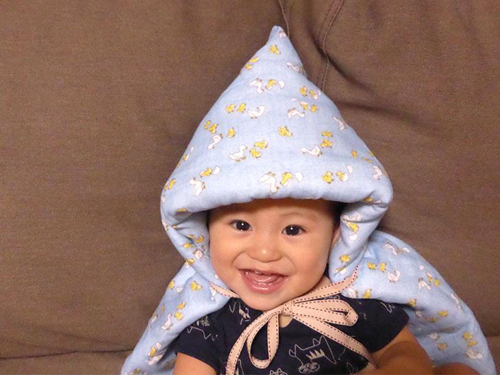 手作り防災頭巾をかぶる赤ちゃん