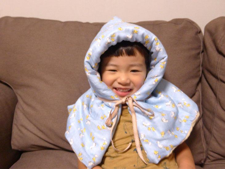 完成した防災頭巾を被る幼児