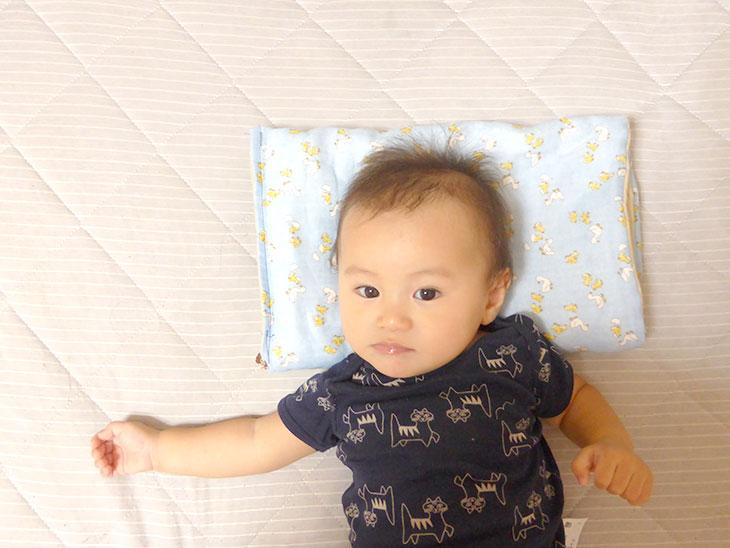 防災頭巾を枕として使って寝てる赤ちゃん