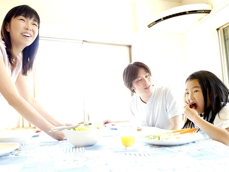 楽しく食事をする家族のシーン