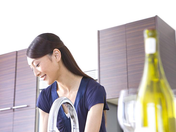 食器洗いをする女性