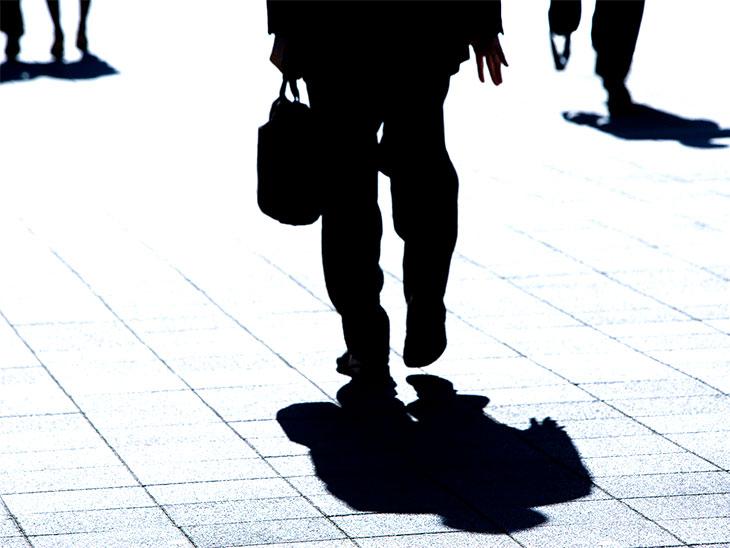 帰宅する男性社員の影