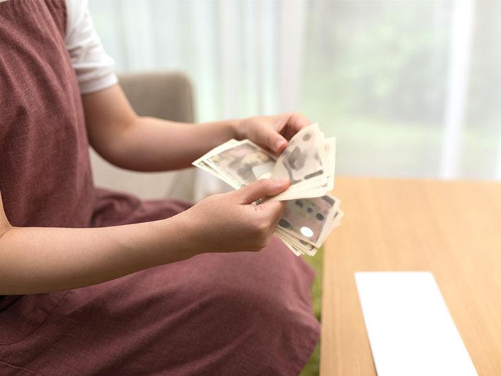 お金を数える主婦の手