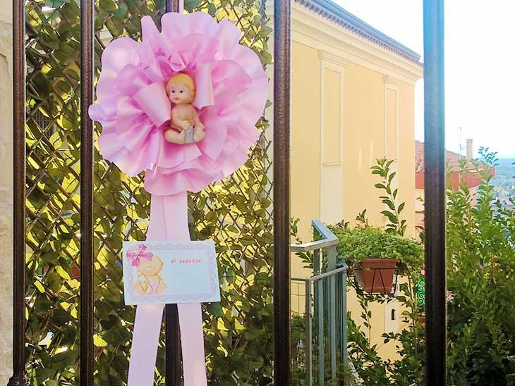 イタリアの産後の女の子のリボン飾り