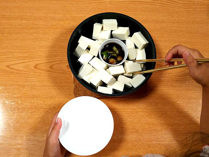 鍋料理を食べる様子
