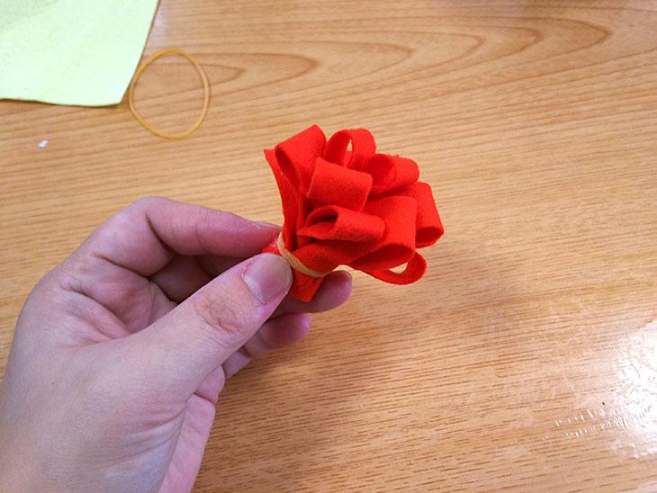 クルクル巻いた花の形のフェルト