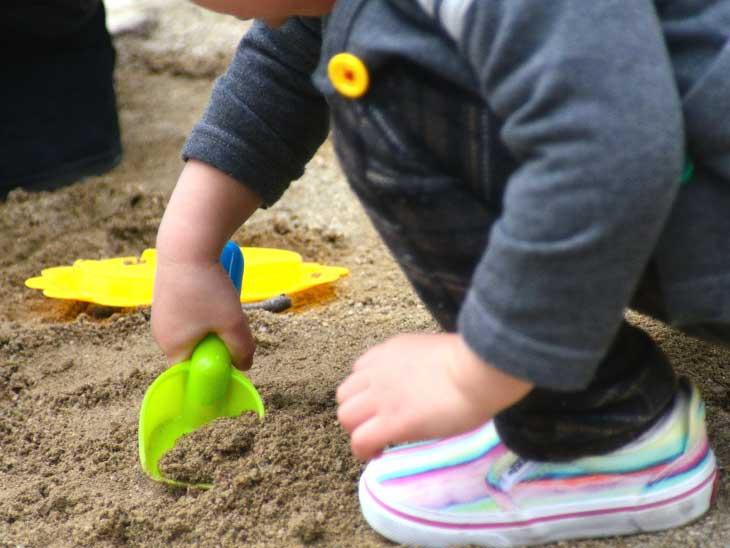 砂遊びをしてる男の子