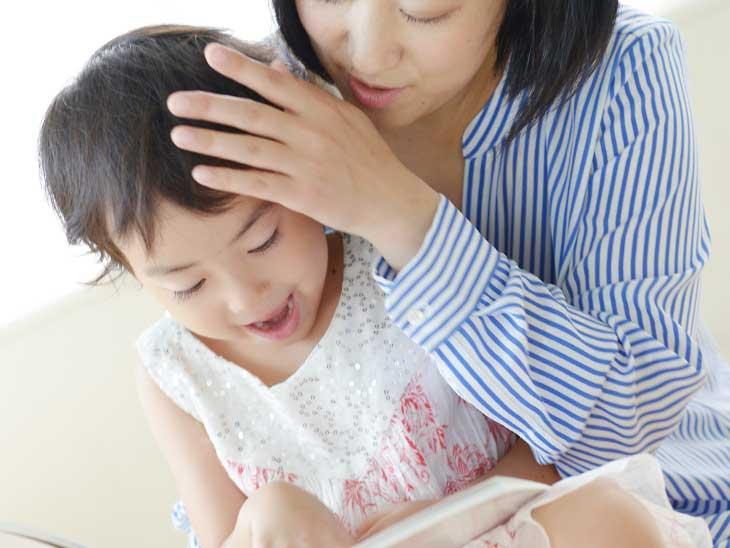 子供を褒める母親