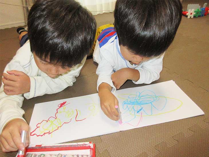 絵を描いてる子供たち