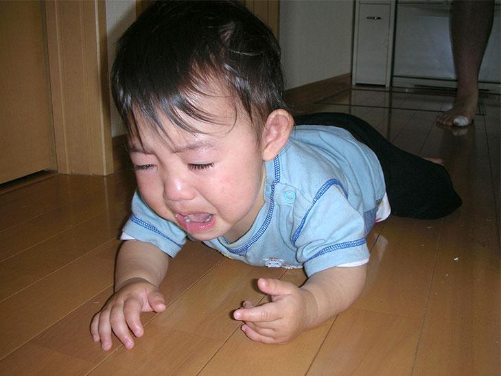 泣きながらハイハイする赤ちゃん