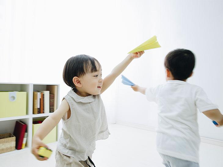 紙飛行機遊ぶ子供