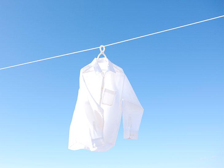外で干したワイシャツ