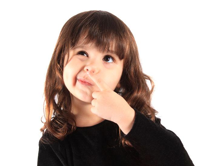 鼻を人差し指で当てる女の子
